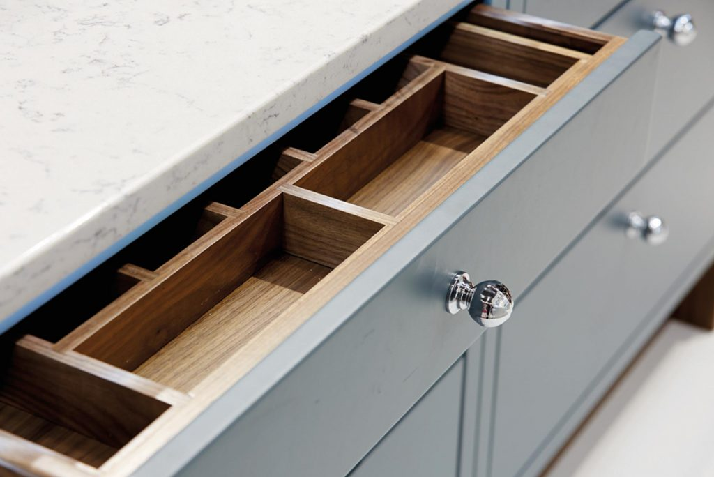 Bewl traditional kitchen drawer with round chrome knob