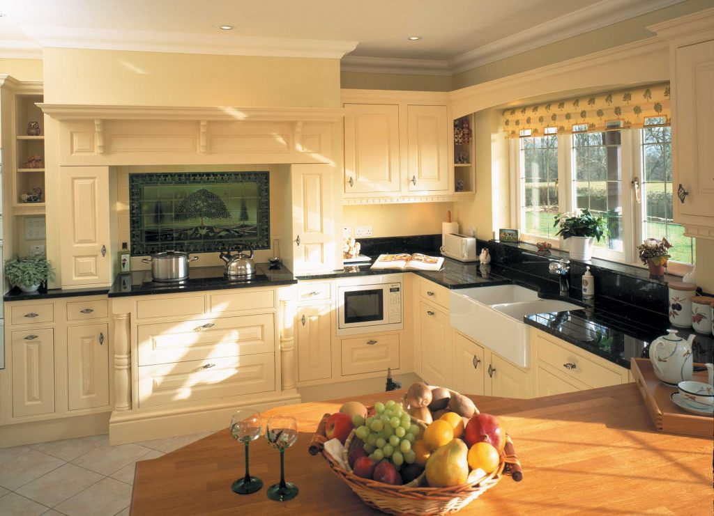 Scotney traditional kitchen in cream wood