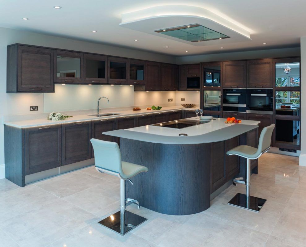 Contemporary oak kitchen with the latest technology